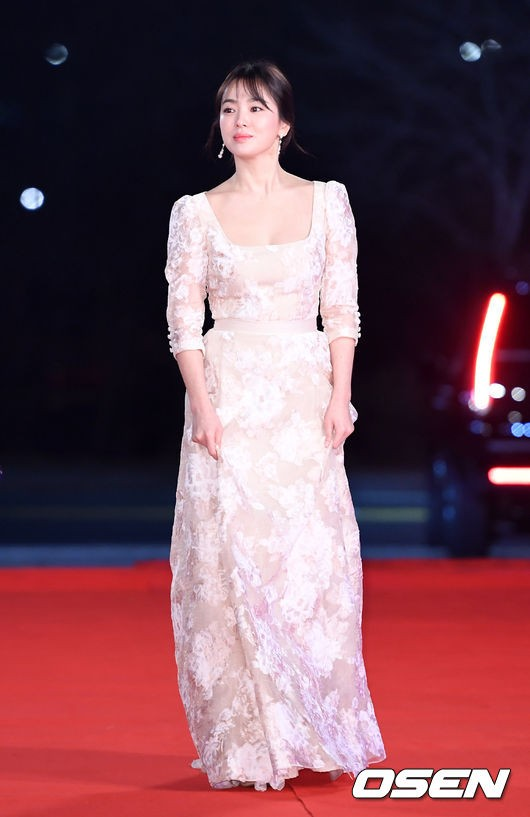 Song Hye Kyo Always proves to be the Goddess on the Red Carpet before and after divorce. 1