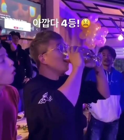 Song Joong Ki drank beer at Bar Club Columbia - Song Hye Kyo was criticized in Korea! 1