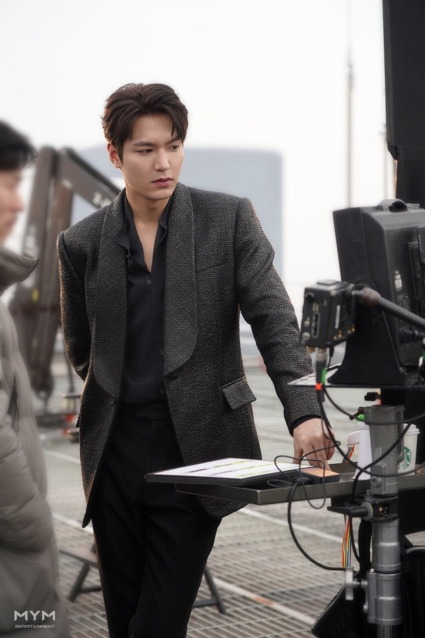 "The King: Eternal Monarch has not yet aired, Lee Min Ho has made people ""crazy"" with a series of behind-the-scenes photos. 1"