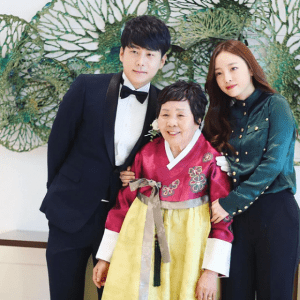 Goo Hara's brother, who exposes his mother's cruelty, happily asks to take a photo with a celebrity at his daughter's funeral 1