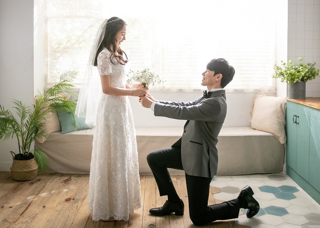 Bi Rain's wife -Kim Tae Hee caused Shock when taking wedding photos with a strange man! 2