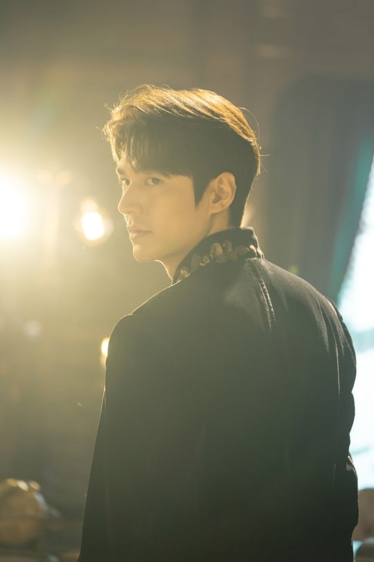 Lee Min Ho 'captured the hearts' of the audience with the 'perfect king' look in Drama The King! 1