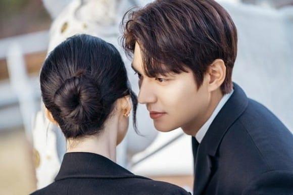 "Lee Min Ho kisses ""his wife"" Jung Eun Chae"