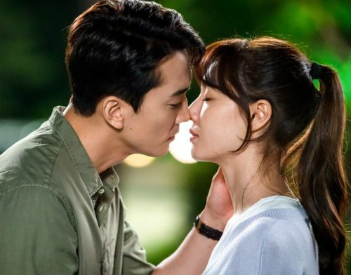 Seo Dan of 'Crash Landing on You' is about a sweet kiss with Song Seung Hun!