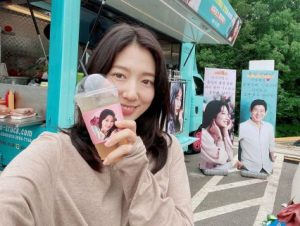 Park Shin Hye received a special surprise from Lee Sung Kyung on the set of the new drama Sisyphus: The Myth!