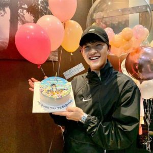 Coming back after Song Hye Kyo caused storms on social networks, Song Joong Ki was happy with a super beautiful cream cake! 1
