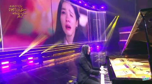 Hyun Bin was spotted by fans when he passionately watched his girlfriend Son Ye Jin cry, fans shared it like a storm because it was so beautiful. 1