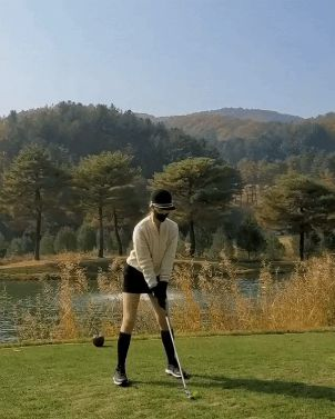 Park Min Young posted a clip of going to golf that coincided with Park Seo Joon's recent golf learning
