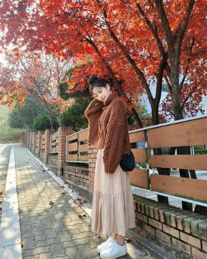 Rising Hallyu star Kim Seon Ho revealed to be obsessed with TWICE's Dahyun. 1
