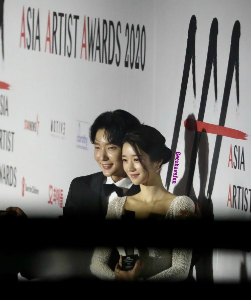 HOT - Seo Ye Ji loves to smile next to Lee Joon Gi at the 2020 Asia Artist Awards, causing a storm on social networks. 1
