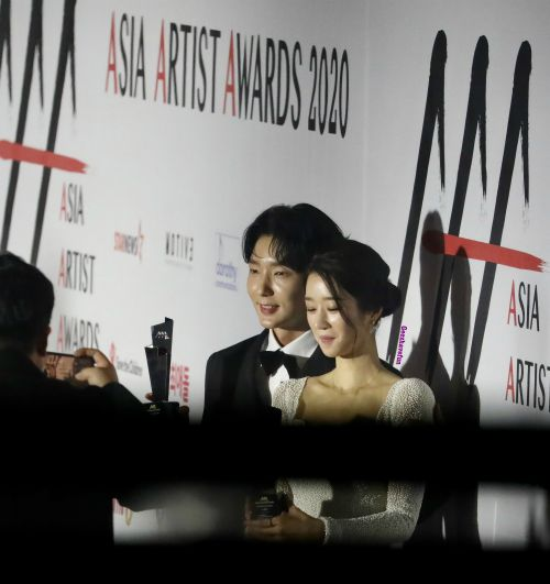 HOT - Seo Ye Ji loves to smile next to Lee Joon Gi at the 2020 Asia Artist Awards, causing a storm on social networks. 2