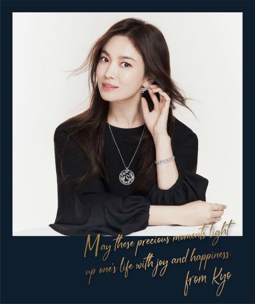 Song Hye Kyo suddenly appeared to send warm wishes to everyone on the eve of the end of 2020 holidays. 1