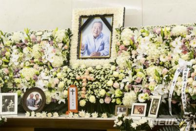 Sad days of Kbiz: Bi Rain and many artists burst into tears at Song Jae Ho's funeral; The couple Kang Daniel and TWICE's Jihyo broke up, making fans cry. 1