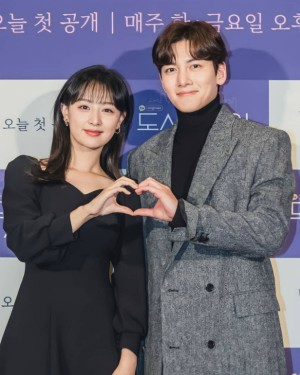 Couple Ji Chang Wook - Kim Ji Won appeared extremely cute and 2 actors Descendants of the Sun reunited at the press conference 'Lovestruck in the City' 3