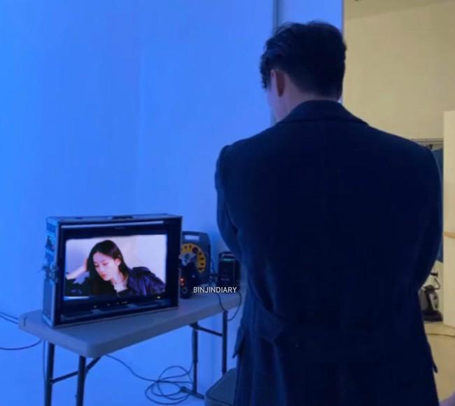 Hyun Bin stood looking passionately 'girlfriend' Son Ye Jin