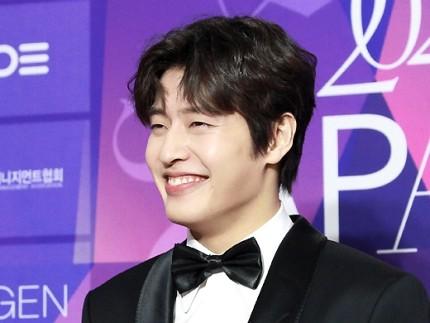 "Kang Ha Neul was praised by Naver ""Kang Ha Neul million dollar smile"" when appearing at APAN Red Carpet 2020 2"