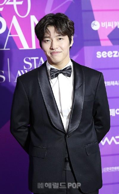 "Kang Ha Neul was praised by Naver ""Kang Ha Neul million dollar smile"" when appearing at APAN Red Carpet 2020 3"