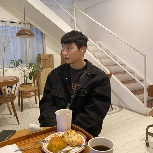 Kyung Li and Jinwoon revealed dating photos at a coffee shop !! 1