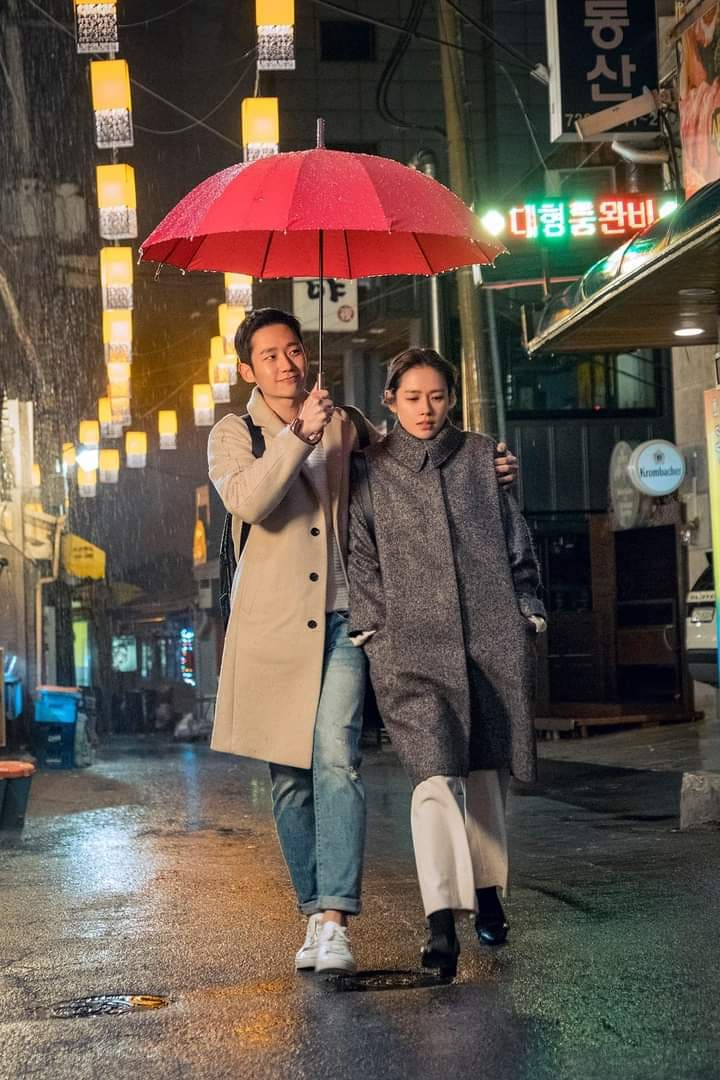 While G-Dragon and Jennie spotted Dating, Hyun bin teaches you how to hold an umbrella while walking with your girlfriend !!! 1