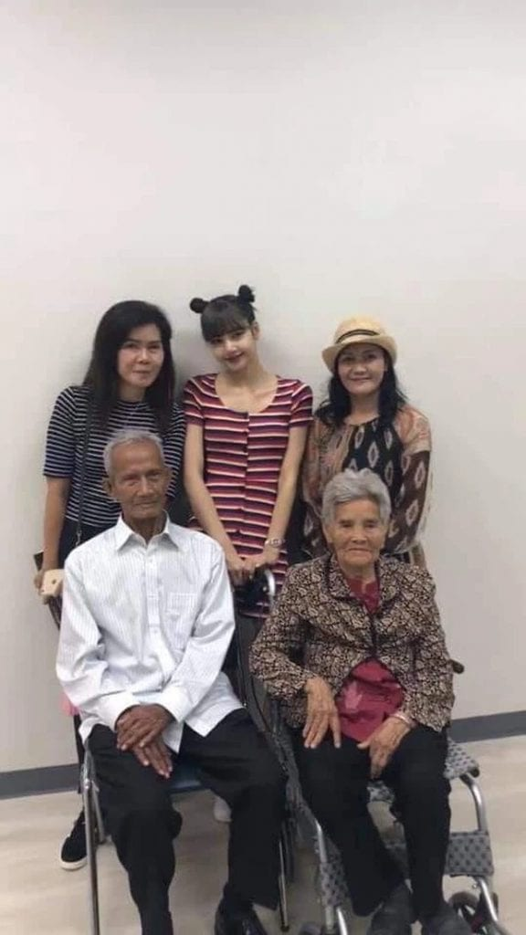 Heartbreaking- Blackpink Lisa's grandfather has passed away! 4