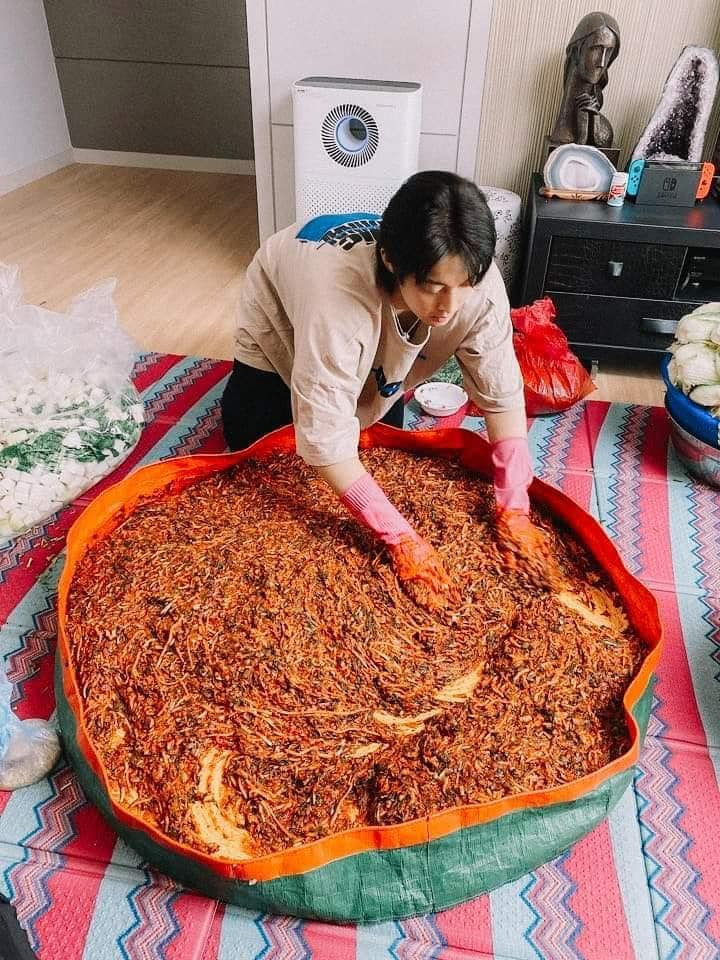 Kim Hyun Joong is cute while showing off his chef skills to fans and sharing photos of making Kimchi! 1