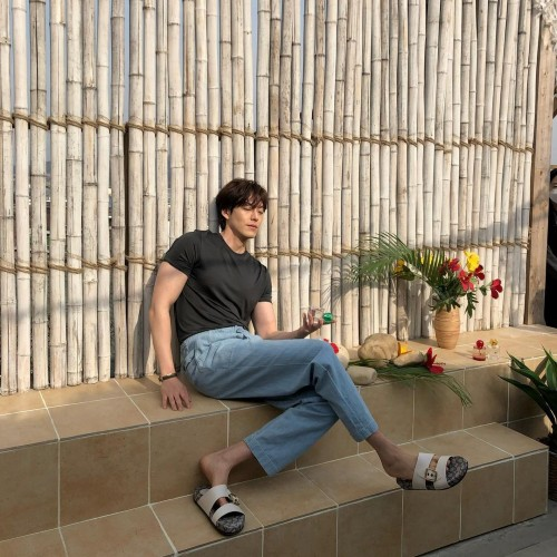Kim Woo Bin shows off his amazing muscular body after KBS said he and Shin Min Ah will get married this year. 2