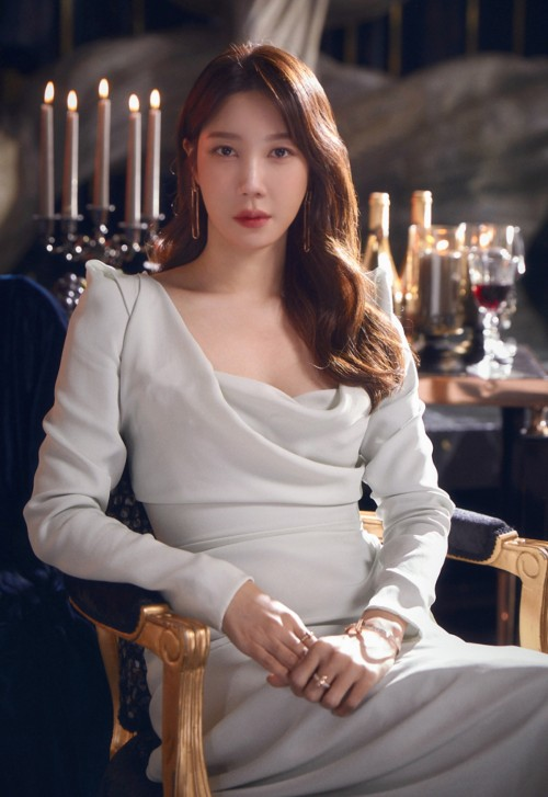 Lee Ji Ah was shocked when she made an unexpected comeback in Penthouse 2, causing storms because of her stunning seductive look! 4