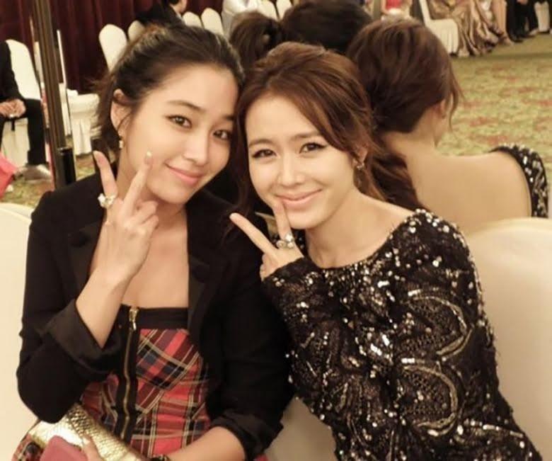 Lee Min Jung trolls the flowers on Son Ye Jin's head in her latest Instagram post. 2