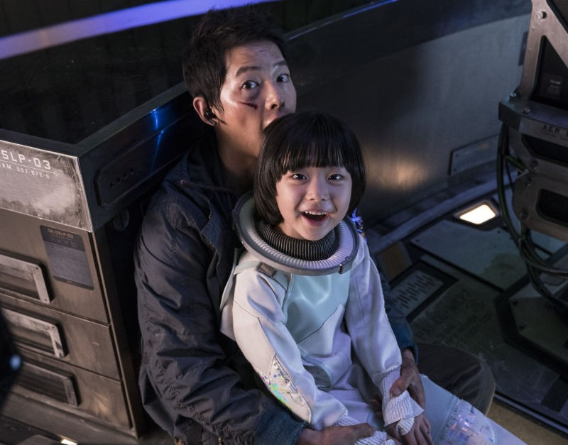 Song Joong Ki proves his love for children when spotted loving, caring and playing with child actress Park Ye-rin during shooting 2