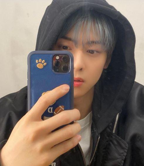Cha Eun Woo mirror selfie flexing hisnew haircolor