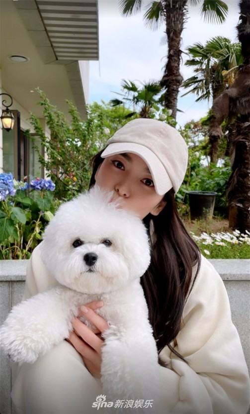 Song Hye Kyo takes her dog Ruby out for a walk to enjoy the spring weather on Wednesday in Busan! 2