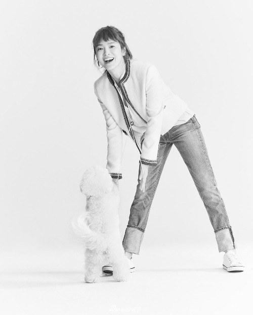 Song Hye Kyo takes her dog Ruby out for a walk to enjoy the spring weather on Wednesday in Busan! 4