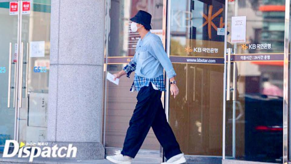 Dispatch releases dating photos of Lee Seung Gi and Lee Da In at Grandma's house area. 4