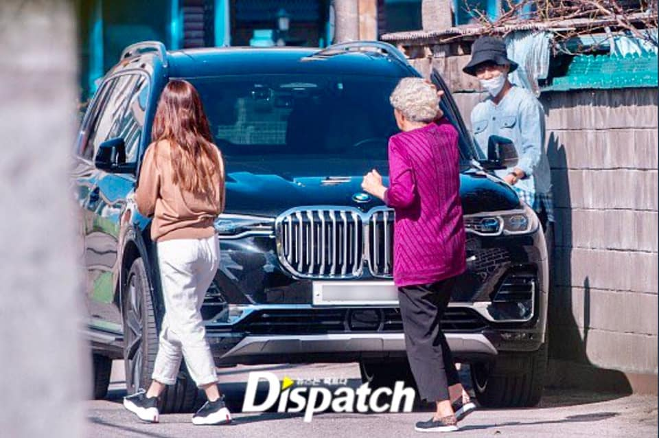 Dispatch releases dating photos of Lee Seung Gi and Lee Da In at Grandma's house area. 3