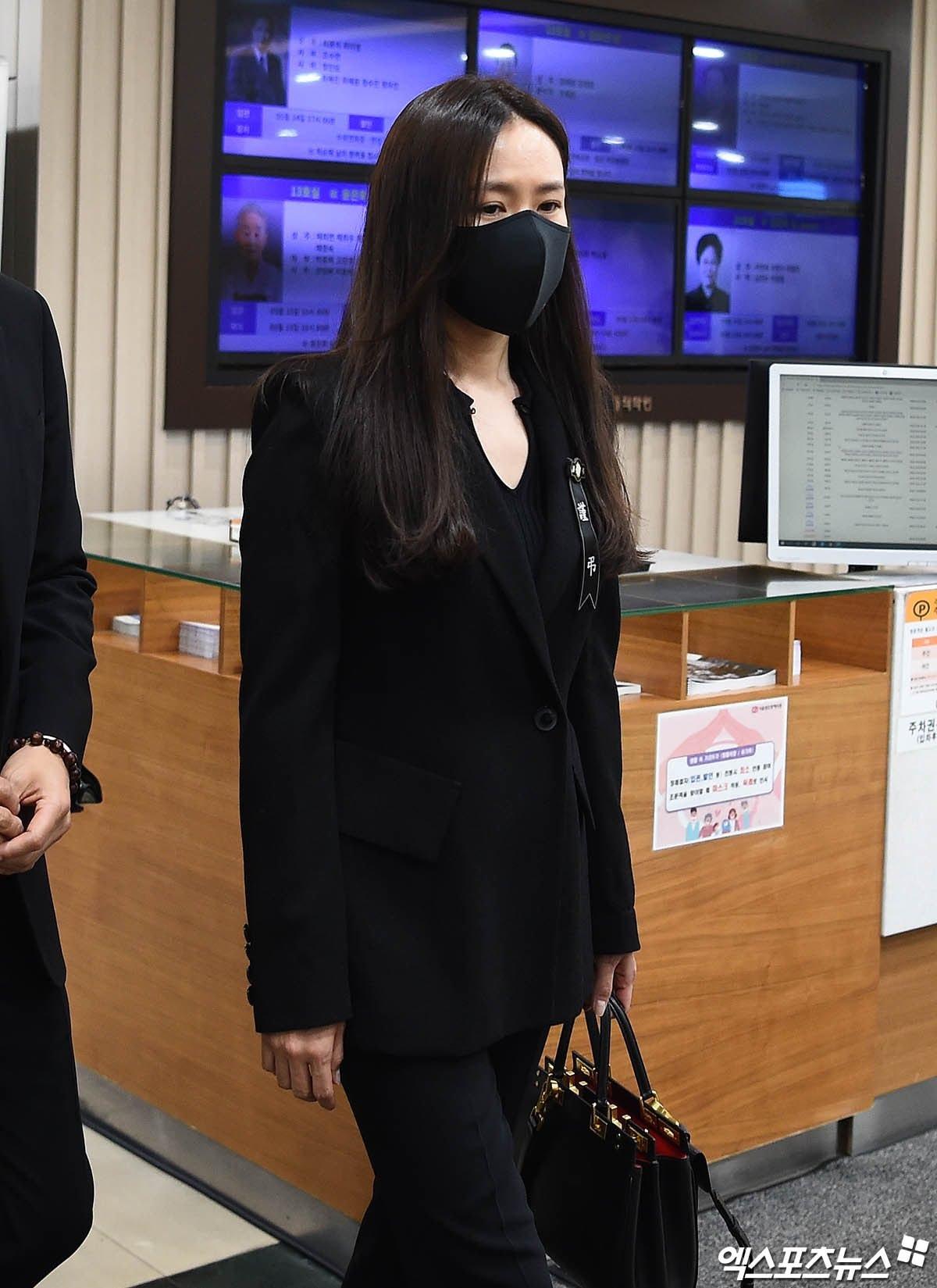 Breaking- Netizens tearfully bid farewell to Lee Chun Yeon, praising Son Ye Jin and Lee Byung Hun's attitude. 1