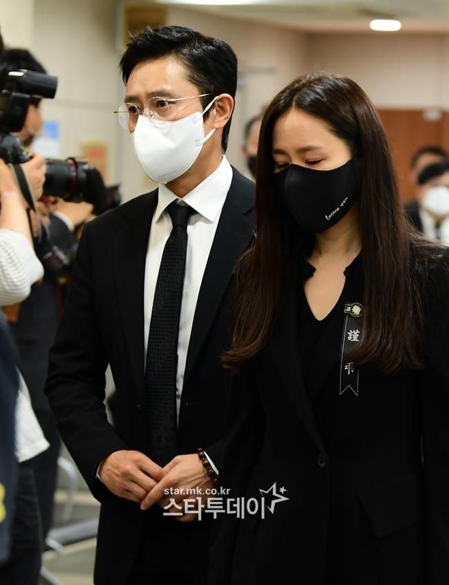 Breaking- Netizens tearfully bid farewell to Lee Chun Yeon, praising Son Ye Jin and Lee Byung Hun's attitude. 2