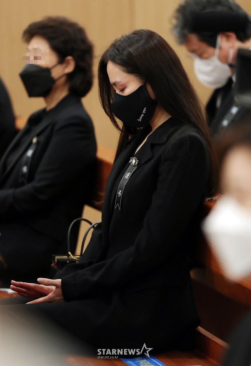 Breaking- Netizens tearfully bid farewell to Lee Chun Yeon, praising Son Ye Jin and Lee Byung Hun's attitude. 4