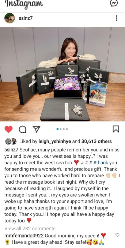 Park Shin Hye appeared with a bunch of gifts after rumors she preparing wedding with Choi Tae Joon after 3 years dating. 1