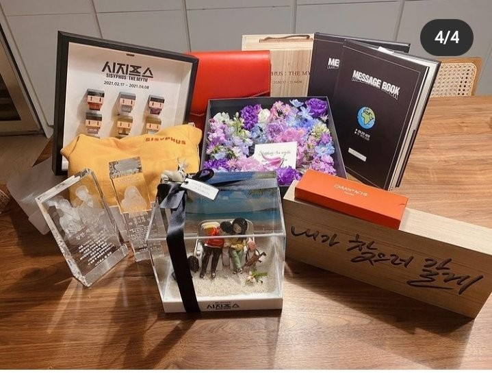 Park Shin Hye appeared with a bunch of gifts after rumors she preparing wedding with Choi Tae Joon after 3 years dating. 2