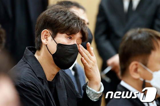 Sol Kyung Gu at Lee Chun Yeon's funeral