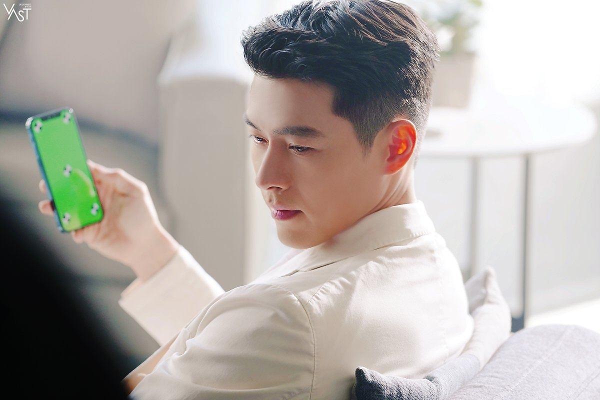 Hyun Bin surprised netizens when he appeared so handsome after Dating Son Ye Jin. 3