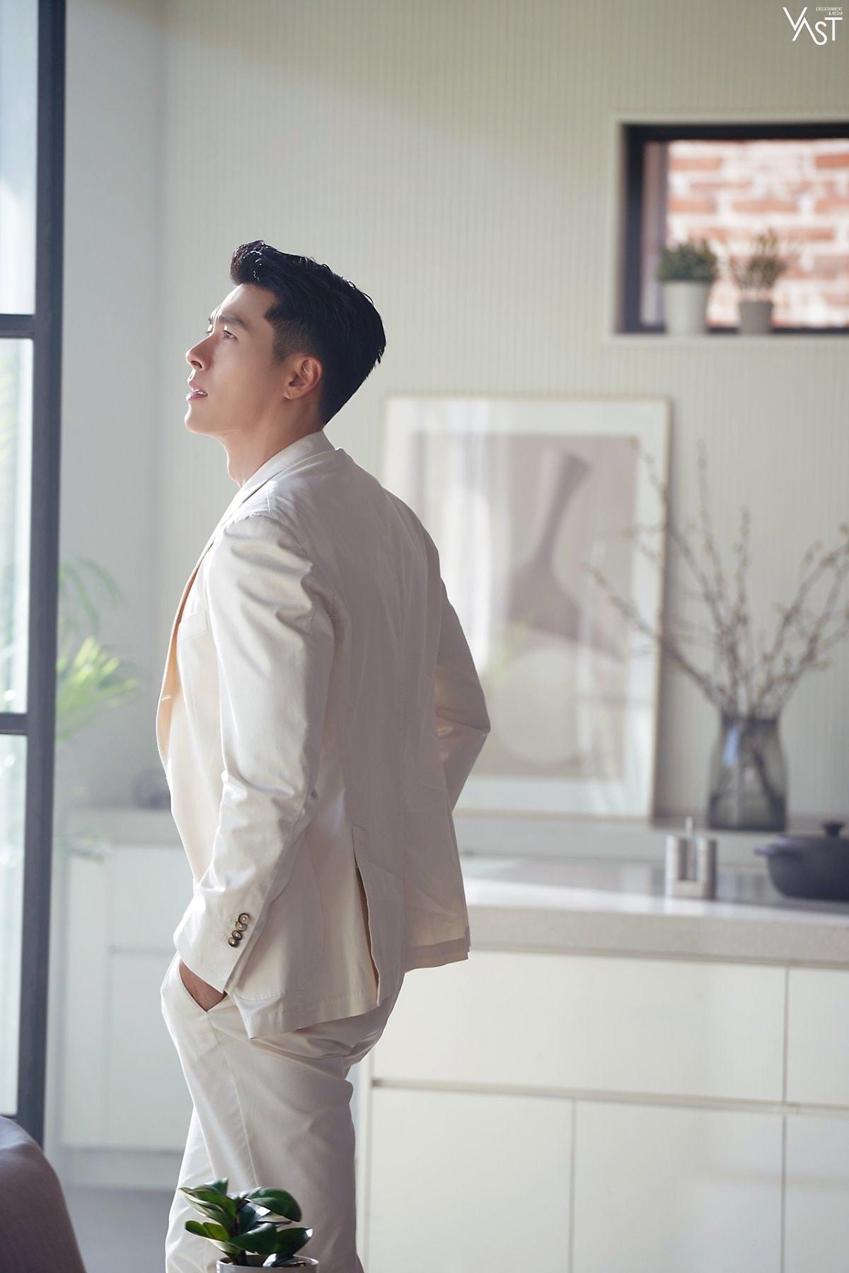 Hyun Bin surprised netizens when he appeared so handsome after Dating Son Ye Jin. 4
