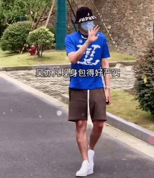 BREAKING- Kris Wu first appeared in the midst of a shocking scandal, happily waving to fans!! 1