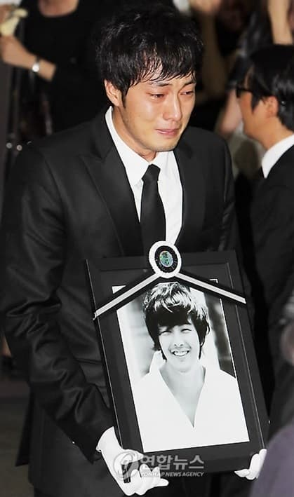 """So Ji Sub tearfully on the 11th anniversary of the farewell of actor """"Winter Sonata"""" Park Yong Ha! 2"""