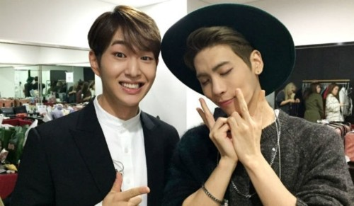 The moment SHINee's Onew burst into tears when saying goodbye at Jonghyun 4 years ago was shared by fans after the duet 'Selene 6.23 was sung by him! 2