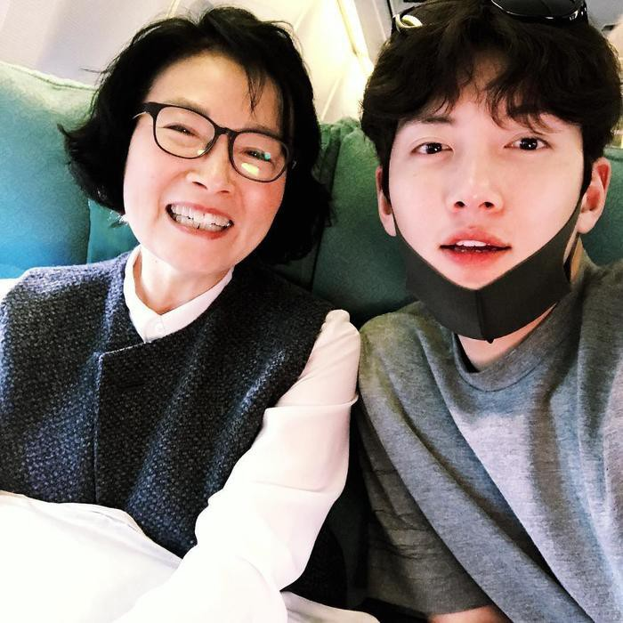 Ji Chang Wook: His father passed away early from cancer, giving all his love to his mother who took care him for the past 34 years. 1
