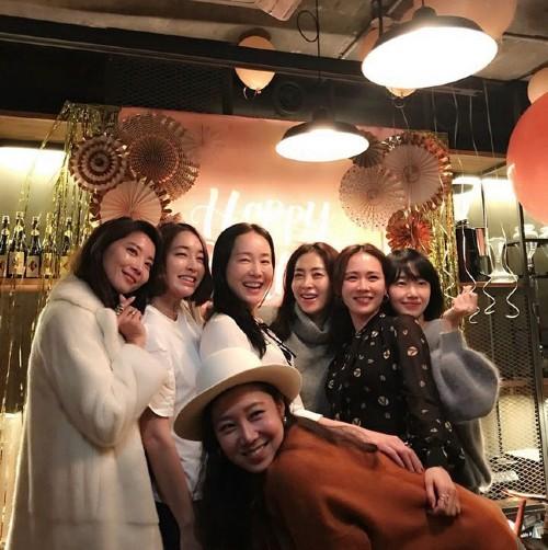 Revealing the 20-year close friendship team: Gathering 5 A-list stars including Son Ye Jin, Gong Hyo Jin, Lee Min Jung, Lee Jung Hyun, Um Ji Won. 1