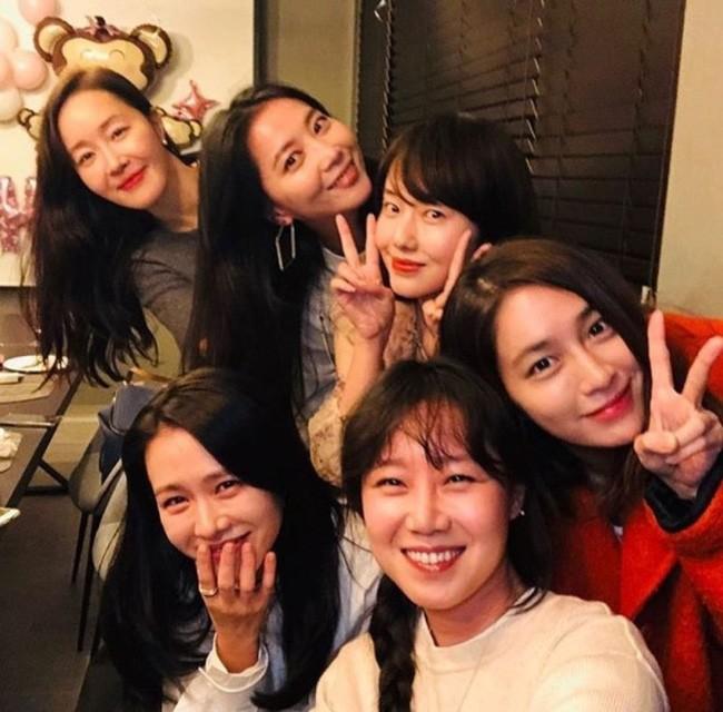 Revealing the 20-year close friendship team: Gathering 5 A-list stars including Son Ye Jin, Gong Hyo Jin, Lee Min Jung, Lee Jung Hyun, Um Ji Won. 2