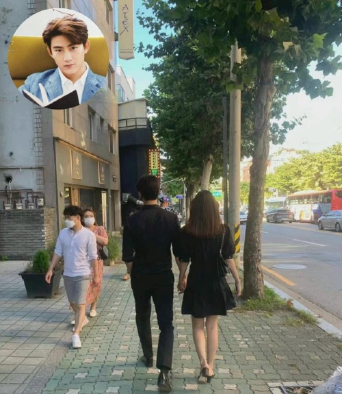 Taecyeon and his girlfriend held hands on a date on the street After more than a year of public dating. 1
