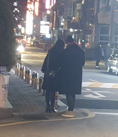 Taecyeon and his girlfriend held hands on a date on the street After more than a year of public dating. 3